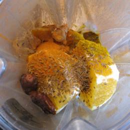 Alle Zutaten für die Soße in einen Hochleistungsmixer geben. Dann glatt mixen.