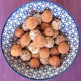 Dann noch in etwas Kakao oder Kokosraspeln wenden. Fertig! Guten Appetit! Und viel Spaß beim Nachmachen.
