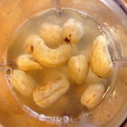 Dann die Cashews mit dem Saft einer Zitrone, einer Tasse Wasser und dem Kala Namak Salz in einem Mixer zu einer sämigen Soße mixen.