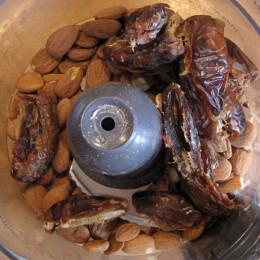 Die Mandeln und die Datteln im FoodProcessor zu einem Teig mahlen.